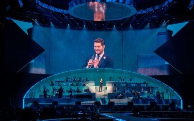 La nueva gira mundial de Michael Bublé utiliza una innovadora configuración con la Familia LEO de Meyer Sound